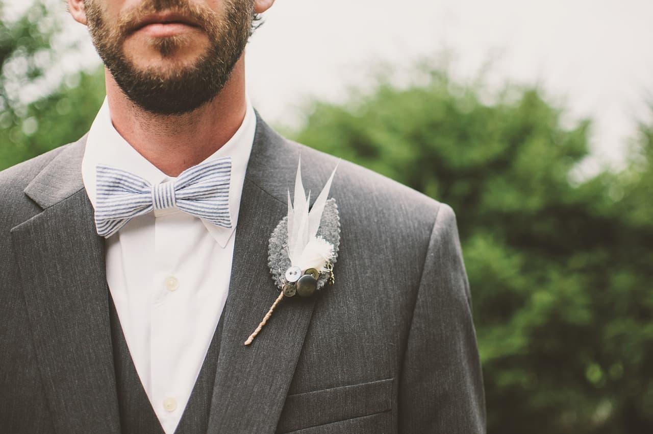 חתן עם בגדים מעוצבים