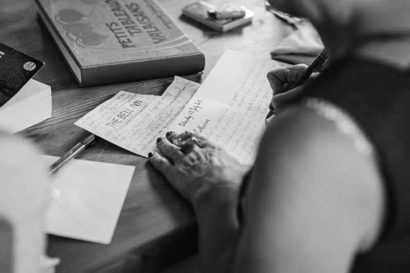 אישה כותבת ברכה
